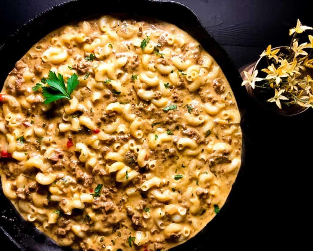 cheeseburger macaroni in skillet